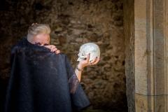 Netradiční-svatba-Helfštýn-fotograf-fotka-nevěsta-lebka