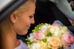 nevěsta v autě, svatební kytka