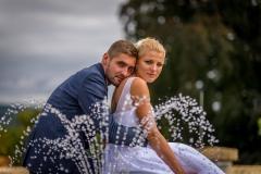 svatební pár u kašny, fotografování svatby u fotnány, Lipník nad Bečvou