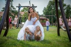 Děti pod sukní nevěsty