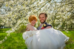 Svatbní foto máj, rozkvetlá louka, stromy