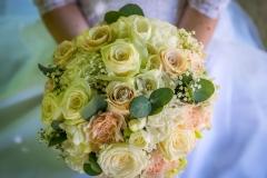 Svatební kytice v náručí nevěsty