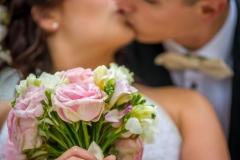 detail svatební kytice + nevěsta a ženich