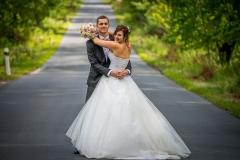 krásný svatební pár na cestě