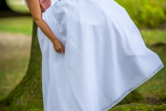 nevěsta ve vzduchu, ženich drží nevěstu, svatební foto
