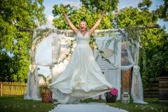 něvěsta ve výskoku, šťastná nevěsta