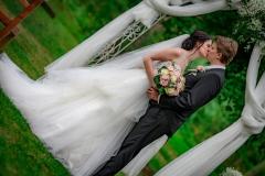 nevěsta a ženich pod oltářem
