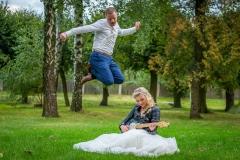 nevěsta hraje na kytaru