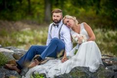 svatba, ženich a nevěsta na hrázi