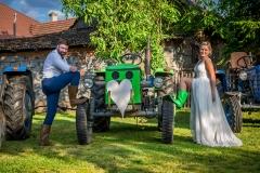 svatba fotograf, ženich a nevěsta, traktor, gumáky, holinky