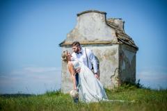svatba uprostřed pole a v pozadí kaplička, Radotín, Oprostovice