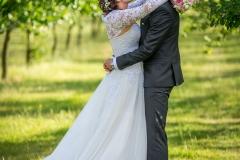 svatba v sadě