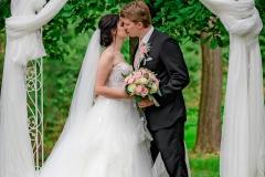 svatba venku pod oltářem