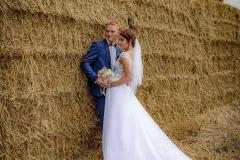 svatební focení na poli s balíky slámy