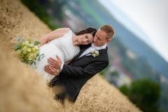 svatební foto, pole, těhotná nevěsta,