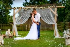 svatební foto u oltáře, ženich s nevěstou