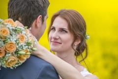 svatební foto v řepce