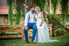svatební fotografie pod vrbou na houpačcce