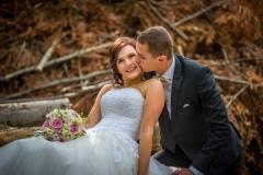 svatební pár focený v lese