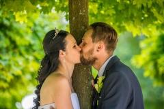 svatební polibek pod stromem