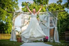 něvěsta-ve-výskoku-šťastná-nevěsta